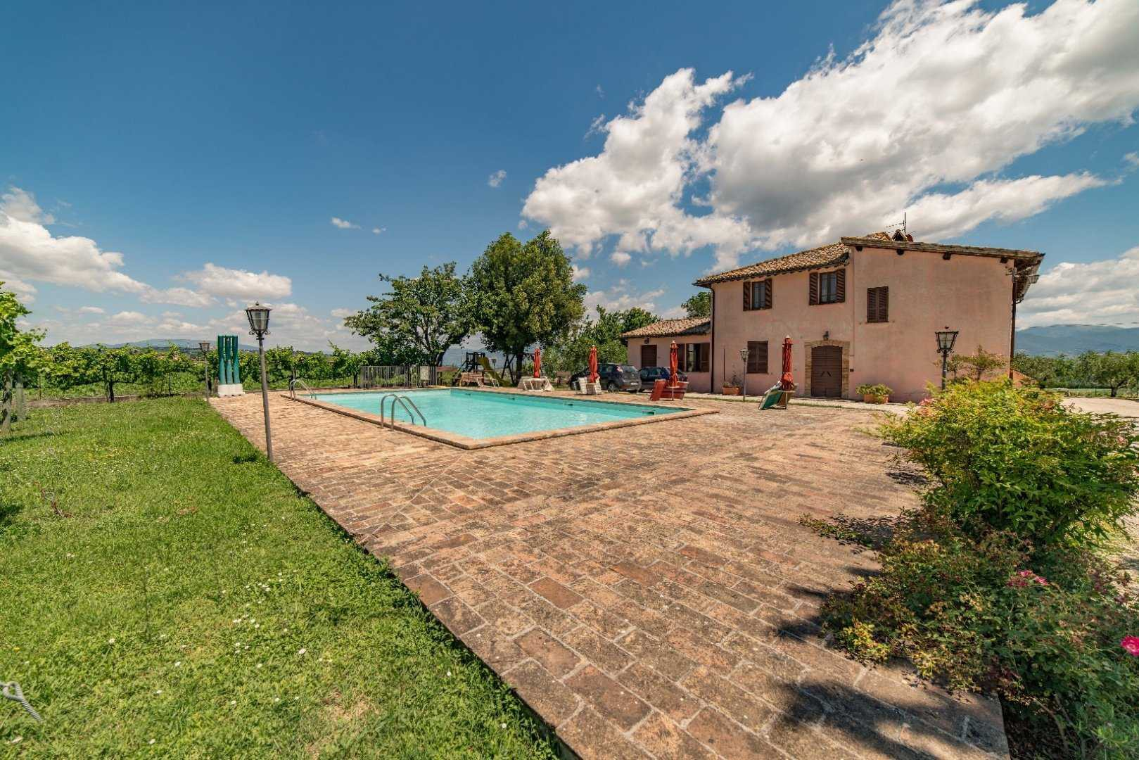 Montefalco, Farmhouse Divided in 8 Living Units with Pool